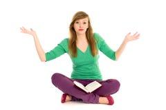 Jugendlicher mit dem Buchgestikulieren Stockfotos
