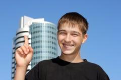 Jugendlicher mit dem Finger oben Stockfoto