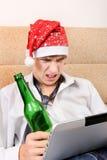 Jugendlicher mit einem Bier und einem Tablet Lizenzfreies Stockfoto
