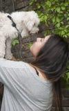 Jugendlicher mit ihrem Hund Stockfotografie