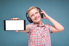 Jugendlicher mit Kopfhörershows Smartphoneanzeige Lizenzfreies Stockbild
