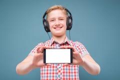 Jugendlicher mit Kopfhörershows Smartphoneanzeige Stockfoto
