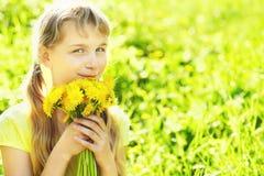Jugendlicher mit Löwenzahnblumenstrauß Stockfoto