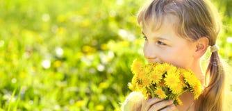 Jugendlicher mit Löwenzahnblumenstrauß Stockbild