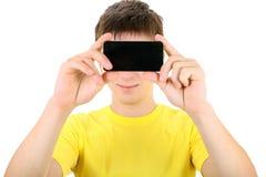 Jugendlicher mit Mobiltelefon Stockbild