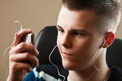 Jugendlicher mit Musik-Spieler Stockfotos