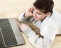 Jugendlicher mit Notizbuch und Telefon Lizenzfreie Stockbilder