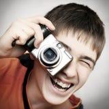 Jugendlicher mit Photocamera Lizenzfreie Stockfotos