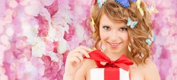 Jugendlicher mit Schmetterlingen in öffnendem Geschenk des Haares Lizenzfreie Stockfotografie