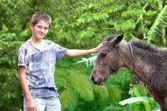 Jugendlicher mit seinem Pferd Stockfotos