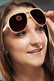 Jugendlicher mit Sonnenbrillen Stockfotografie
