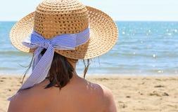 Jugendlicher mit Strohhut durch das schöne Meer Stockfotos