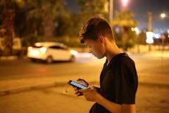 Jugendlicher mit Telefon Stockfoto