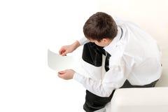 Jugendlicher mit unbelegtem Papier Lizenzfreie Stockfotografie