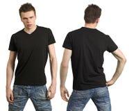 Jugendlicher mit unbelegtem schwarzem Hemd stockbild