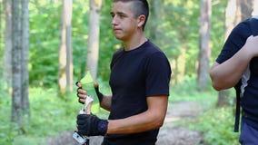 Jugendlicher mit Wasserflasche und Spazierstöcken 1 stock footage