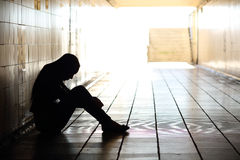 Jugendlicher niedergedrücktes Sitzen innerhalb eines schmutzigen Tunnels Stockbilder