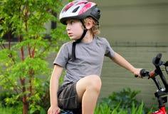 Jugendlicher Radfahrer, der zurück schaut Stockbild