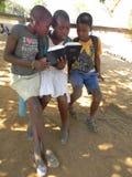 Jugendlicher scherzt Lesungsbibel zu Hause Stockfotografie