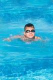 Jugendlicher schwimmt im Pool Stockfotografie