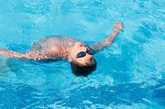 Jugendlicher schwimmt im Pool Stockbilder