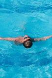 Jugendlicher schwimmt im Pool Lizenzfreie Stockfotos