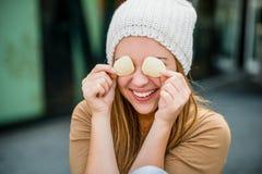 Jugendlicher - Spaß mit Chips Lizenzfreies Stockfoto