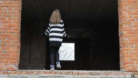 Jugendlicher tanzt in ein verlassenes Gebäude stock video