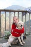 Jugendlicher und Hund nach langer Wanderung Lizenzfreies Stockbild