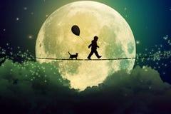 Jugendlicher und Katze, die mit Ballon auf festem Seil über Wolken gehen lizenzfreie stockbilder