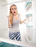 Jugendlicher und leerer Kühlraum Stockfoto