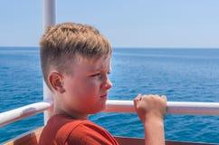 Jugendlicher und Meer stockfoto