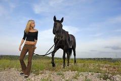 Jugendlicher und schwarzer Stallion Lizenzfreies Stockbild