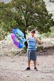 Jugendlicher und sein Drachen Stockbild