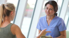 Jugendlicher weiblicher Patient Krankenschwester-Taking Notes Frooms