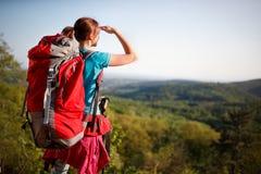 Jugendlicher weiblicher Wanderer, der in Abstand aufpasst stockfotos