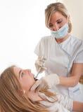 Jugendlicher am Zahnarzt Stockfoto