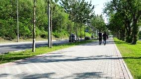 Jugendlicher zwei mit einem Rucksack im Einkaufszentrum gehend entlang die Straße stock video