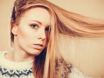 Jugendliches blondes Mädchen, das ihr Haar mit Kamm bürstet Stockbild