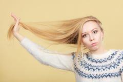 Jugendliches blondes Mädchen, das ihr Haar mit Kamm bürstet Stockbilder