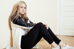 Jugendliches blondes Mädchen der Junge recht, das zu Hause auf traurigem allein der Verzweiflung des Bodens, Lebensstilkonzept si Lizenzfreie Stockbilder
