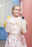 Jugendliches blondes Mädchen, welches das Reinigungs-Werkzeug-Lächeln hält Lizenzfreie Stockbilder