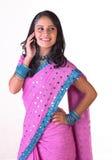 Jugendliches indisches Mädchen mit dem Mobile Stockfotos