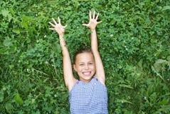 Jugendliches Mädchen auf Gras lizenzfreie stockfotografie