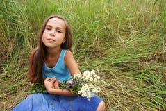 Jugendliches Mädchen auf Grashintergrund lizenzfreies stockbild