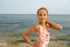 Jugendliches Mädchen auf Seestrand Lizenzfreie Stockfotografie