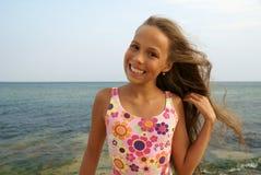 Jugendliches Mädchen auf Seestrand Stockbilder