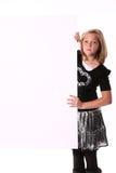 Jugendliches Mädchen, das ein Zeichen anhält stockfotografie