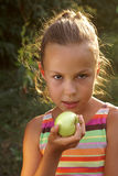 Jugendliches Mädchen, das einen Apfel anhält lizenzfreie stockfotos