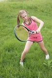 Jugendliches Mädchen, das Tennis spielt lizenzfreie stockfotografie